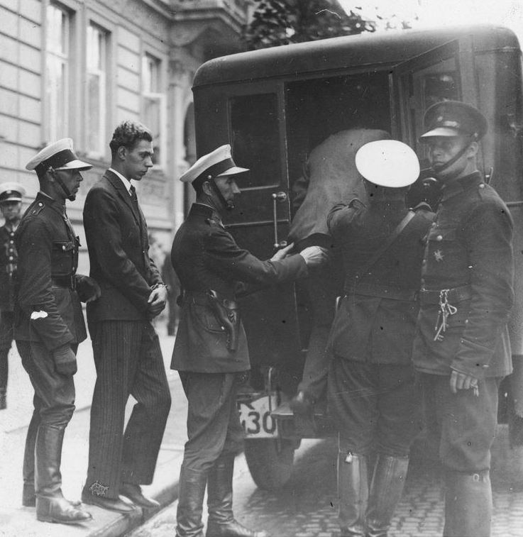 Kazimierz Schenkryzik po wizji lokalnej wsiada do karetki więziennej
